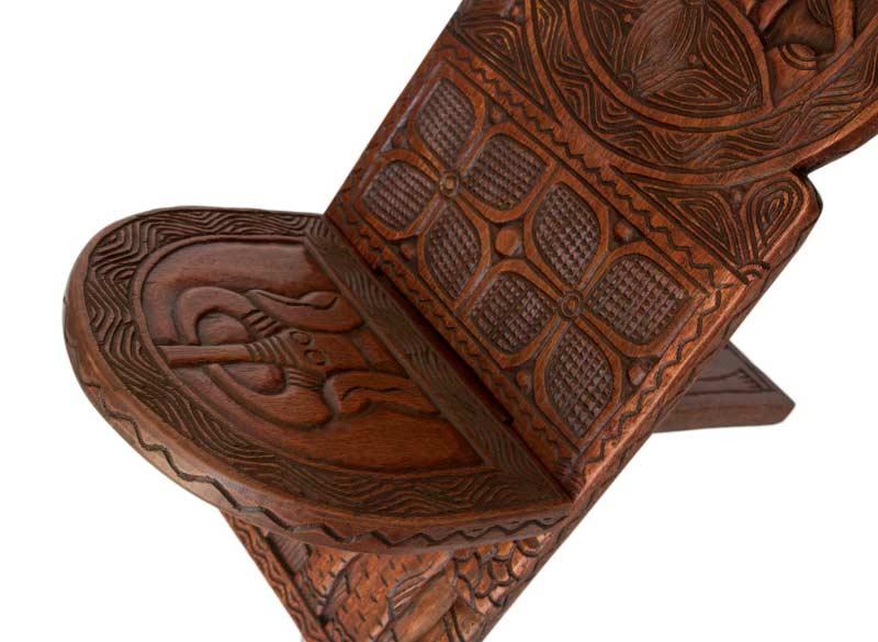 chaise africaine palabre bois finement sculpt elephant et scene de vie chaise de gardien. Black Bedroom Furniture Sets. Home Design Ideas